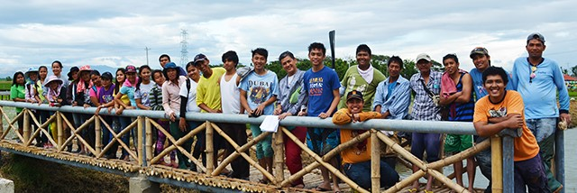 The farmers behind the creativity. PhilRice researchers pose for a photo opportunity after planting the Aldub rice paddy art, 24 February.