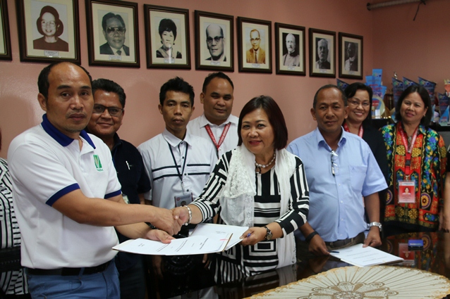 PhilRice's Acting Executive Director Dr. Sailila E. Abdula (extreme L) handshaking with WSMU President Dr. Milabel Enriquez-Ho (5th from L) after the MOA signing for the etablishment of PhilRice satellite station in Zamboanga. Witnessing the event were officials and staff from both institutions.